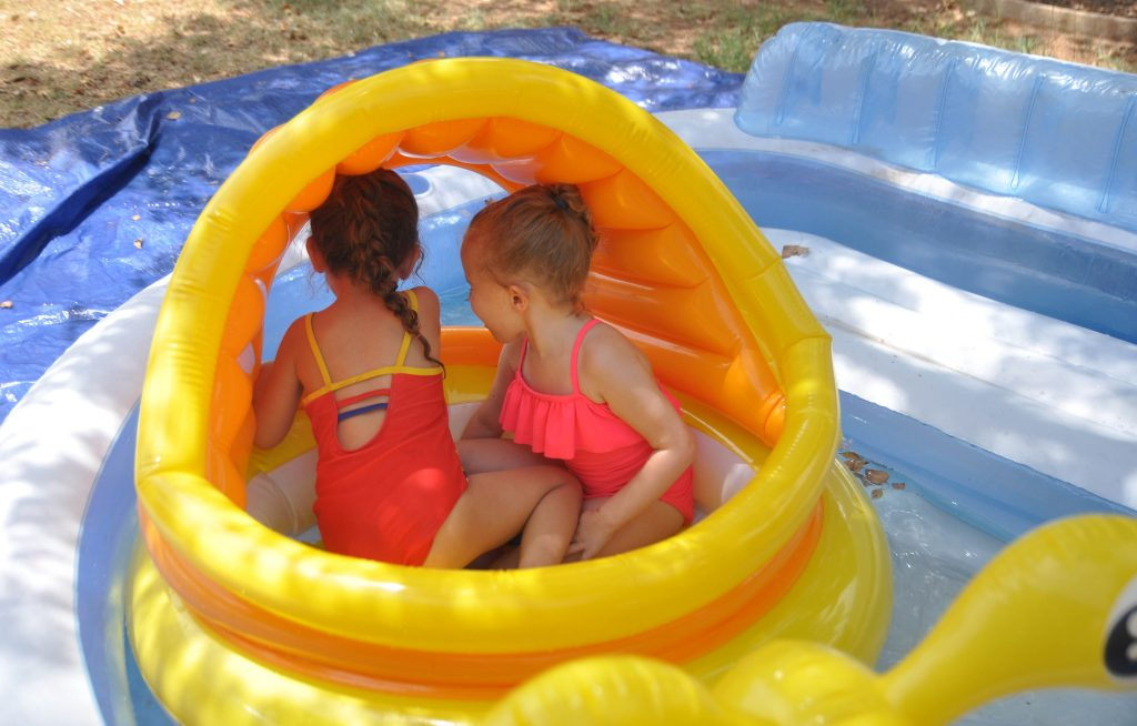 inflatabel pools for a fun backyard pool party